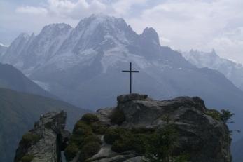 Au premier plan silhouette de la Croix de Loriaz se détachant sur le massif de l'Aiguille Verte (commune de Vallorcine). A droite l'ombre des Drus. CC BY-SA Geo75 (Georges Martin)